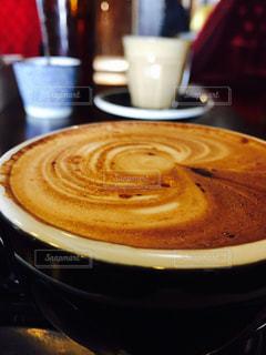 テーブルの上のコーヒー カップの写真・画像素材[993235]
