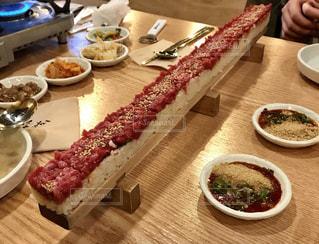 食品のプレートをのせた木製テーブルの写真・画像素材[1231788]