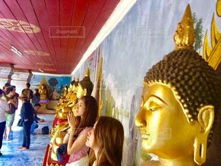 女性の隣に立っている人のグループの写真・画像素材[1237355]
