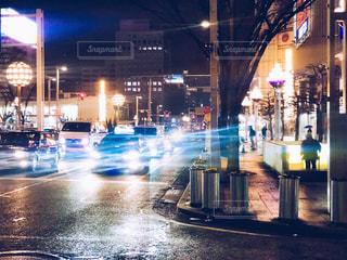 夜の賑やかな街通りのクローズアップの写真・画像素材[2131383]