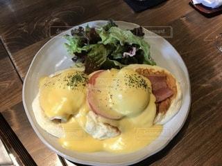 テーブルの上に食べ物のプレートの写真・画像素材[1056549]