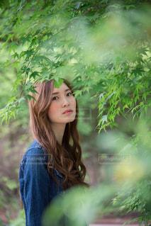 森の前に立っている人の写真・画像素材[1222032]