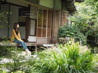 庭に立っている人の写真・画像素材[2303093]