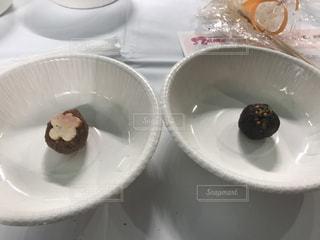 皿にチョコレート ドーナツ - No.1076262