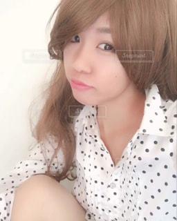 白いシャツを着ている女性の写真・画像素材[897352]