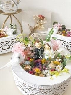 テーブルの上に花瓶をトッピングした白い皿の写真・画像素材[2727451]