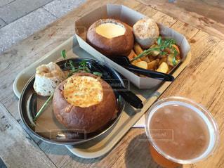 皿の食べ物とコーヒー1杯の写真・画像素材[2411663]