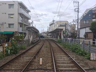 鋼鉄道に乗った大きな長い列車の写真・画像素材[2411664]