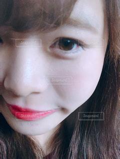 近くにカメラを見て赤髪の女のアップの写真・画像素材[1336711]