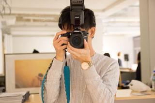 カメラを構える男性の写真・画像素材[2748525]