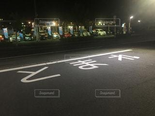 近くに夜の街のアップの写真・画像素材[706043]