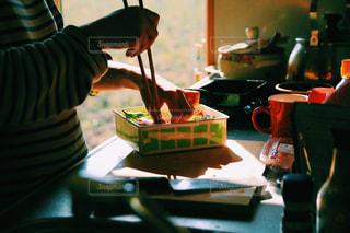 朝日が差し込む台所での写真・画像素材[1155681]