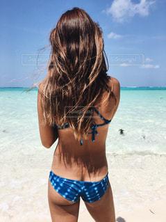 白砂のビーチに立っている人の写真・画像素材[795637]