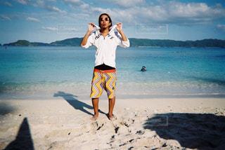 砂浜の上に立っている人の写真・画像素材[865223]