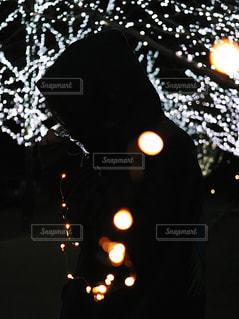 暗闇の中で立っている人 - No.962310