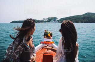 水の体の横に立っている女性 - No.999749