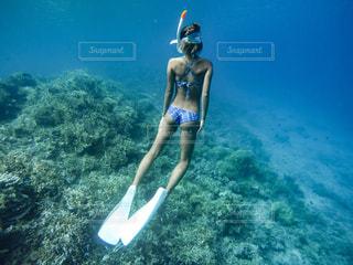 サーフィン ボードに乗る人の写真・画像素材[1154307]