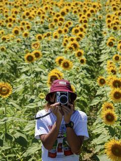 花を持っている人の写真・画像素材[1527485]