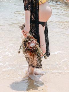 水の体の横に立っている女性の写真・画像素材[1529427]