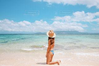 水の体の横に立っている女性の写真・画像素材[1728495]