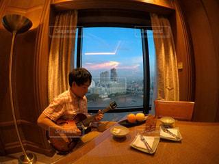 ギターを弾く男の写真・画像素材[1107611]
