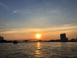 水の体に沈む夕日の写真・画像素材[1260986]