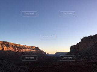 山が背景にある峡谷の写真・画像素材[2213073]