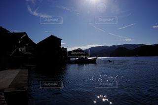 山を背景にした大きな水域の写真・画像素材[2221519]