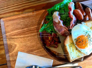 木製のテーブルの上の食べ物の皿の写真・画像素材[2270504]