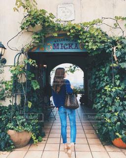 庭に立っている女性の写真・画像素材[766301]