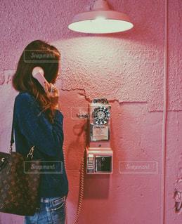 建物の前に立っている女性の写真・画像素材[815885]