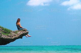 岩のビーチに立っている人の写真・画像素材[815888]
