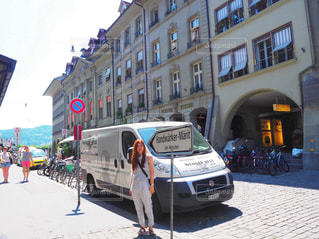街の通りを歩いている人のグループの写真・画像素材[819664]
