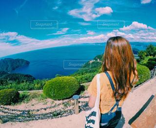 山の前に立っている人の写真・画像素材[819669]
