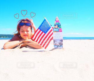 砂浜で座っている女性 - No.823098