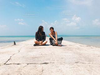 砂浜に座る人の写真・画像素材[1176822]