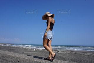 ビーチに立っている人の写真・画像素材[783154]