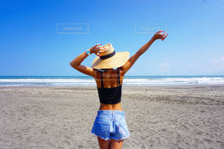 ビーチに立っている女性 - No.809762