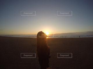 ビーチに立っている人の写真・画像素材[849499]