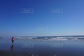 ビーチに立っている人の写真・画像素材[849503]