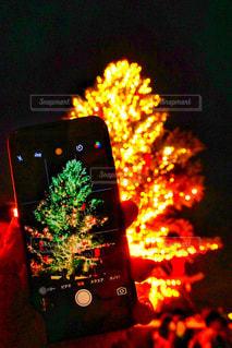 近くにクリスマス ツリーのアップが夜ライトアップの写真・画像素材[932104]