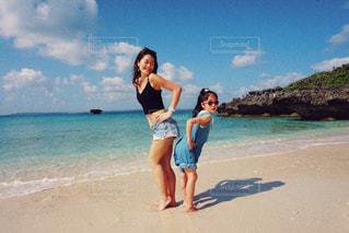 ビーチに立っている人の写真・画像素材[1124356]