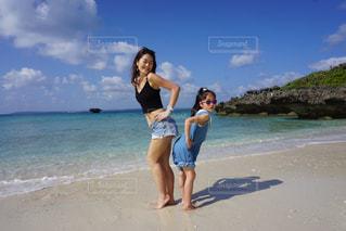 ビーチに立っている女性の写真・画像素材[1139311]