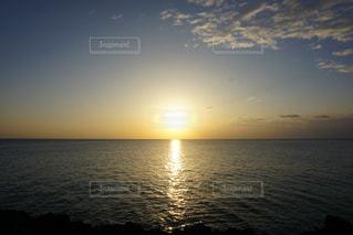 水の体に沈む夕日の写真・画像素材[1139329]