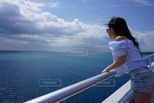 水の体の前に立っている人の写真・画像素材[1139339]