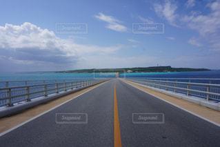 水の体の横にある高速道路の写真・画像素材[1139340]