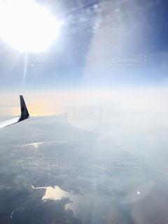 大型の飛行機が空を飛んでいます。の写真・画像素材[1139353]
