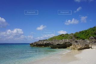 水の体の真ん中に島の写真・画像素材[1140587]