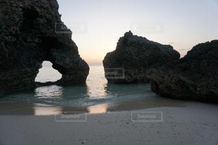 水の体の横にある岩の海岸の写真・画像素材[1140594]