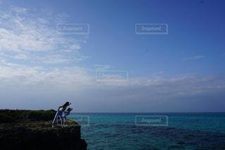 水体で立っている人のカップルの写真・画像素材[1214354]